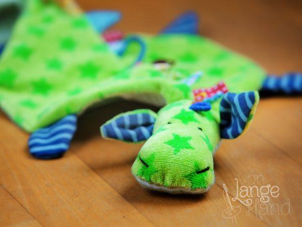 grüner Schnullerdache aus Sternenstoff mit blauen Füßen