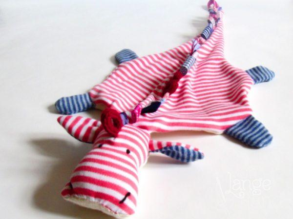 Schnullerdrache rosa geringelt mit hellblauen Füßen