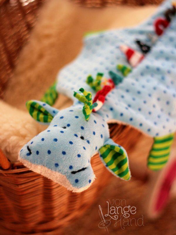 Schnullerdrache hellblau mit grünen Füßen