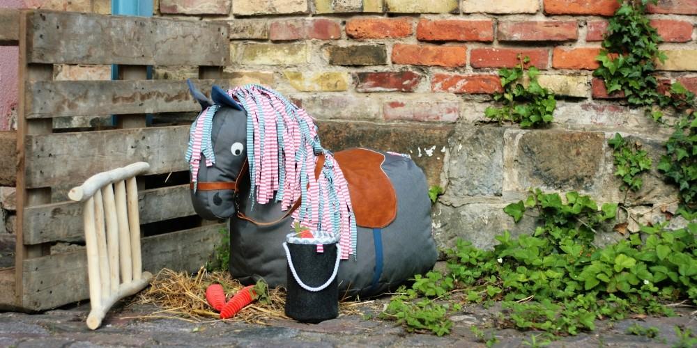 Gratis Schnittmuster für ein Sitzsack in Pferdeform mit Sattel und Zaumzeug