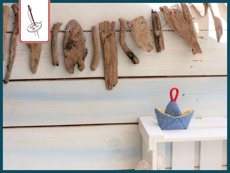 Treibholzwimpelkette mit einem Schiffchen aus Fischgrätstoff