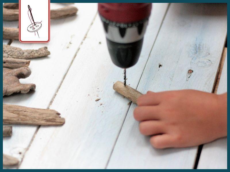 DIY Wimpelkette aus Treibholz basteln: Löcher in die Treibhölzer bohren