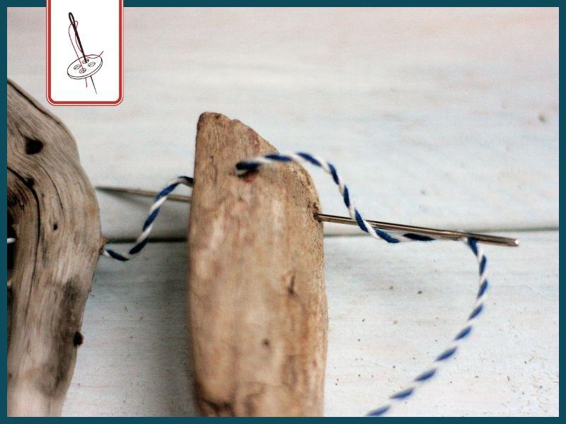 DIY Wimpelkette aus Treibholz basteln: Treibhölzer auffädeln