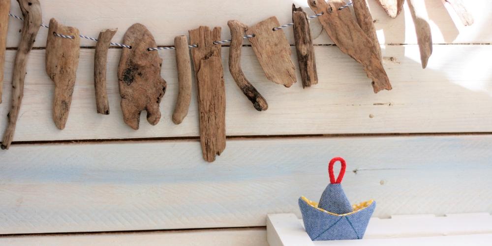 DIY Treibholzkette mit genähtem Schiff