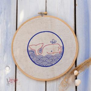Stickdatei Bullauge mit Wal im Wellengang