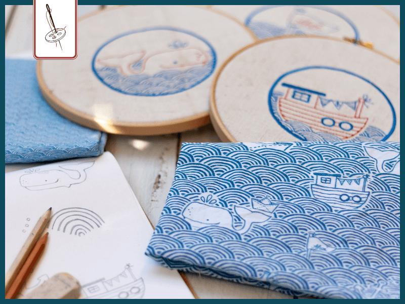 Blick ins Skizzenbuch, Probedruck und Stickrahmen mit den passenden Stickdateien Wellengang Ahoi.