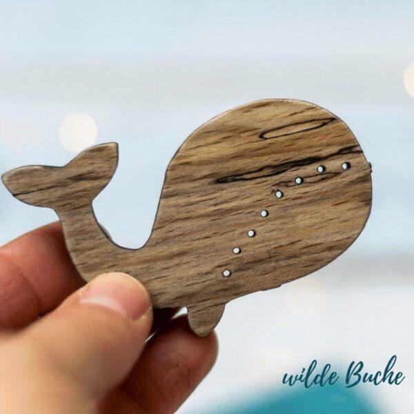 Holzknopf Wal aus Buchenholz mit wilder Maßerung