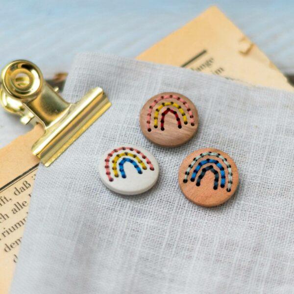 Regenbogen-Knopf in verschiedenen Materialien