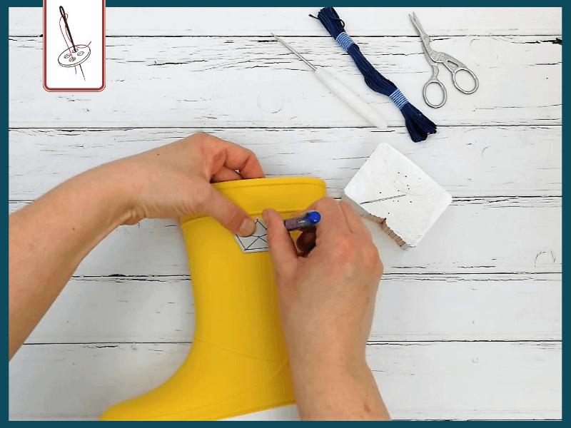 Stickmotiv mit der Schablone auf Gummistiefel übertragen