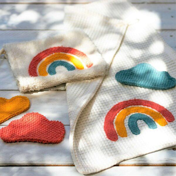 Regenbogenmotive auf Waschlappen und Handtuch