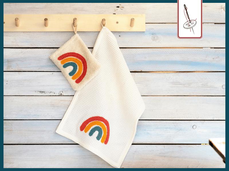 genähter Regenbogen auf einem Waschlappen und einem Handtuch
