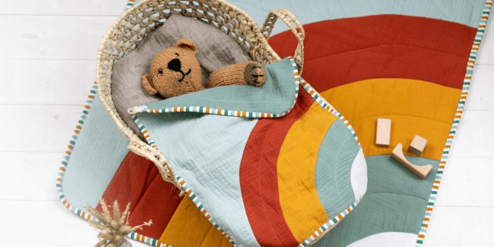 Regenbogendecke mit passender Puppendecke